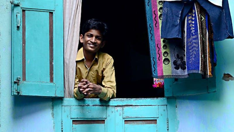 For noen år siden besøkte jeg India for første gang. Der møtte jeg en ung mann som ble kastet ut hjemmefra da han var 14 år.